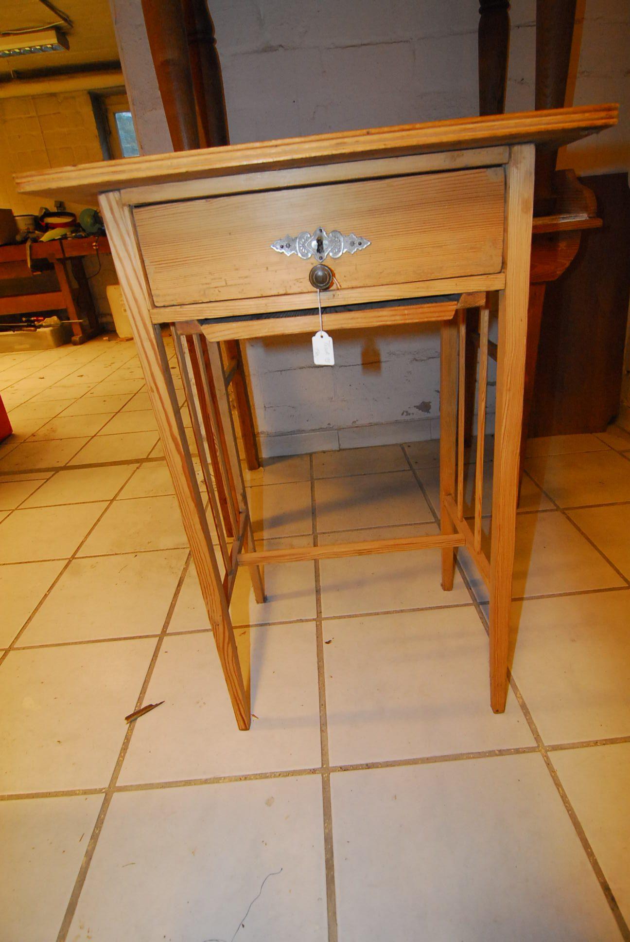 Tisch 13   Maße: H 80 cm  B 54 cm  T 40 cm Preis: 130 €