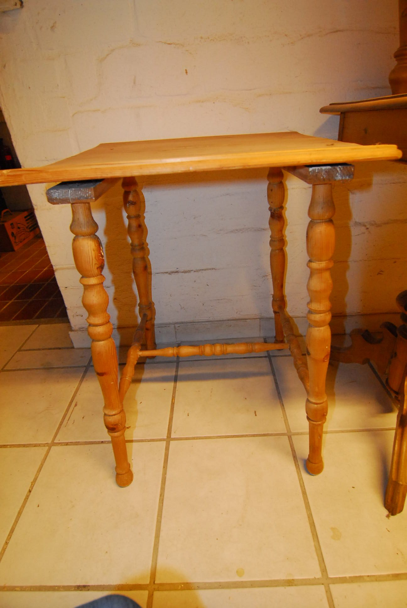 Tisch 25  Maße: H 71 cm  B 53 cm  T 52 cm Preis: 49 €