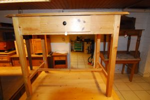 Tisch 16  Maße: H 85 cm B 99 cm  T 62 cm Preis: 400 €