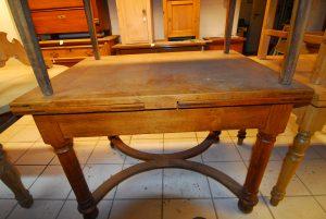 Tisch 17  Tisch zum Ausziehen! Maße: H 82 cm  L 110/208 cm  T 82 cm Preis: 750 €